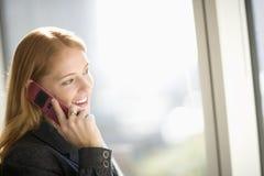 Vrouw die celtelefoon met behulp van Stock Afbeelding
