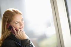 Vrouw die celtelefoon met behulp van Stock Foto's