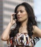 Vrouw die celtelefoon met behulp van Royalty-vrije Stock Foto's