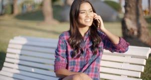 Vrouw die Celtelefoon op Parkbank met behulp van stock footage