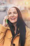 Vrouw die celtelefoon op stadsstraat met behulp van Stock Foto