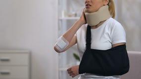 Vrouw die in cervicale kraag en wapenslinger pijn na trauma, het ziekenhuis voelen stock video