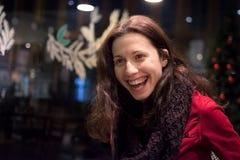 Vrouw die cheerfull en verrast kijken Stock Foto