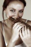 Vrouw die chocolade eet royalty-vrije stock afbeelding