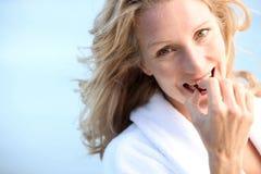 Vrouw die chocolade eten Royalty-vrije Stock Afbeeldingen