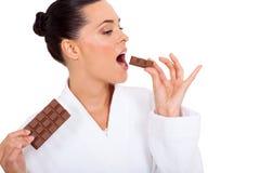 Vrouw die chocolade eten Royalty-vrije Stock Foto's