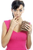Vrouw die chocoladereep eten Royalty-vrije Stock Foto's