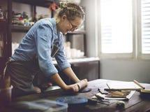 Vrouw die Clay Craftsman Skill Concept Rolling royalty-vrije stock fotografie