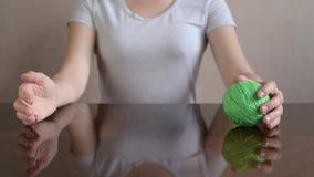 Vrouw die clew van hand aan hand rollen stock videobeelden
