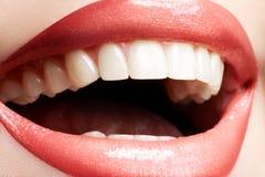 Vrouw die, close-up van glimlach met witte tanden lacht Royalty-vrije Stock Foto's