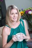 Vrouw die Cofee heeft Stock Afbeeldingen
