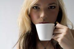 Vrouw die coffe drinkt stock foto's