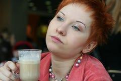 Vrouw die coffe in koffie drinkt Stock Foto's