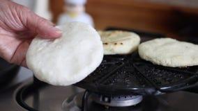 Vrouw die Columbiaanse traditionele arepas voorbereiden stock videobeelden