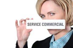 Vrouw die commerciële servicesign houden Stock Foto