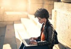 Vrouw die computer met behulp van stock afbeeldingen