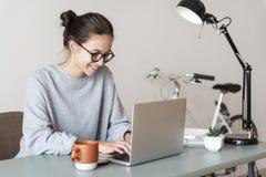 Vrouw die computerlaptop gelukkig met behulp van royalty-vrije stock fotografie