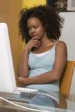 Vrouw die Computermonitor bekijken Stock Afbeelding