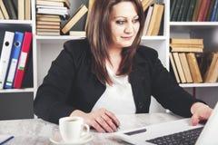 Vrouw die in computertoetsenbord werken stock afbeeldingen