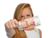 Vrouw die contant geldgeld binnen steunt vijf duizend Russische roebelsnota Royalty-vrije Stock Afbeelding