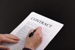 Vrouw die contract ondertekent Stock Afbeeldingen