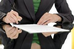 Vrouw die contract ondertekent Stock Afbeelding