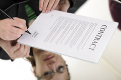 Vrouw die contract ondertekent Stock Fotografie