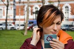 Vrouw die controleert Stock Afbeeldingen