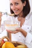 Vrouw die cornflakes eten Stock Foto's