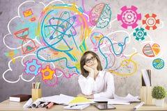 Vrouw die creatieve ideeën produceren Stock Afbeeldingen