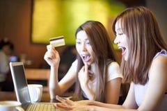 Vrouw die creditcard en laptop voor online het winkelen met behulp van Stock Foto