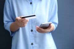 Vrouw die creditcard gebruiken die geld via smartphone online shopp betalen Royalty-vrije Stock Foto's