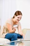 Vrouw die creditcard Internet koopwaar gebruikt te kopen stock afbeeldingen