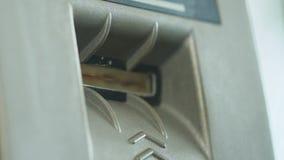 Vrouw die creditcard opnemen in ATM om haar saldo, gemakkelijk bankwezen, close-up te controleren stock videobeelden