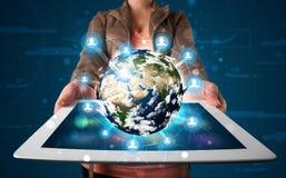 Vrouw die 3d aardebol in moderne tablet voorstellen Royalty-vrije Stock Foto's