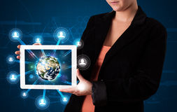 Vrouw die 3d aardebol in moderne tablet voorstellen Stock Afbeelding