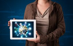 Vrouw die 3d aardebol in moderne tablet voorstellen Stock Foto's