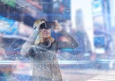Vrouw die 3D glazen gebruiken om een interface in een futuristische ruimte te zien Stock Foto's
