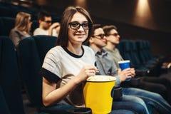 Vrouw die in 3d glazen op zetel in bioskoop zitten Royalty-vrije Stock Foto's