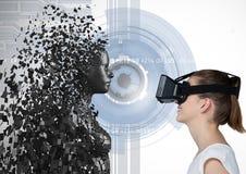 Vrouw die 3d verspreid vrouwelijk cijfer aangaande VR-glazen bekijken Stock Foto's