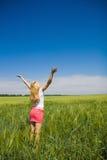 Vrouw die in de aard en de verse lucht geniet van. Stock Foto