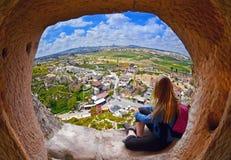 Vrouw die de afstand onderzoeken tegen de achtergrond van ongelooflijk landschap stock fotografie