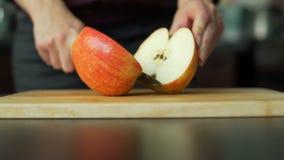 Vrouw die de appel snijden stock videobeelden