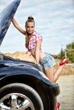 vrouw die de auto herstelt Stock Afbeelding