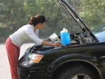 Vrouw die de auto probeert te bevestigen Stock Foto
