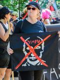 Vrouw die de banner anti-Putin houden royalty-vrije stock fotografie