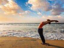 Vrouw die de begroeting Surya Namaskar doen van de yogazon Royalty-vrije Stock Fotografie