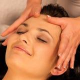 Vrouw die de behandeling van de gezichtsmassage in wellness hebben stock foto's