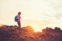 Vrouw die in de Bergen bij Zonsondergang wandelen royalty-vrije stock foto's