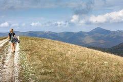Vrouw die in de bergen wandelt Stock Afbeeldingen